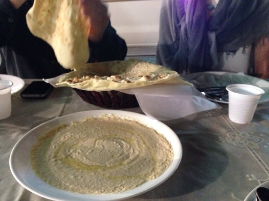 Al Shamaliah Grill Restaurant : Hummus with the amazing bread