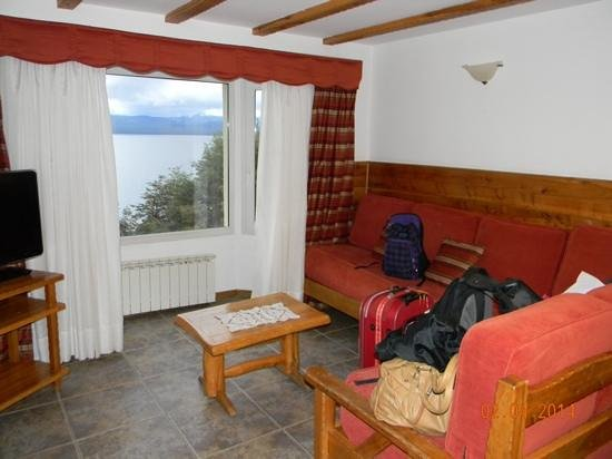 Hotel Villa Huinid Bustillo: Interior de la cabaña y vista al lago