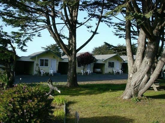 Shoreline Cottages: Really cute cabins w/garages. A grassy area w/picnic tables