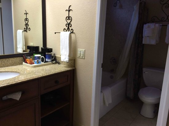 Casa Ojai Inn: sink area outside of bathroom