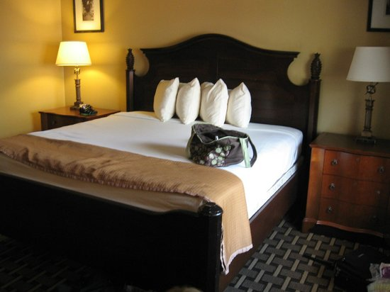 Howard Johnson Express Inn - Suites Lake Front Park Kissimme: Bed area open to kitchen area..