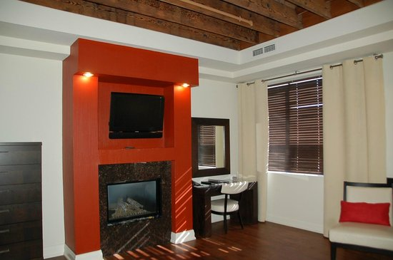 Sterling Inn & Spa : Fireplace and desk