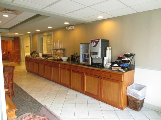 CrestHill Suites Albany: Breakfast & happy hour bar
