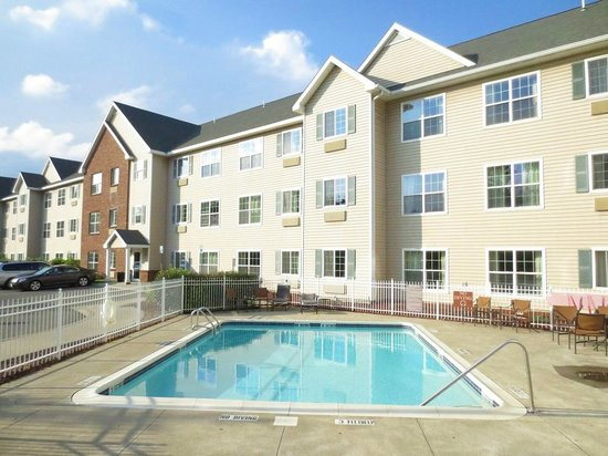 CrestHill Suites Albany: Pool at rear of property