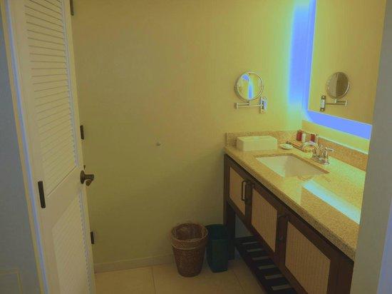Kaua'i Marriott Resort: split bathroom