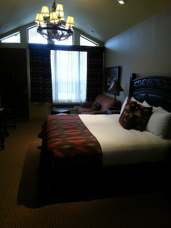 Rustic Inn Creekside Resort and Spa at Jackson Hole : Inside the cabin with a king bed