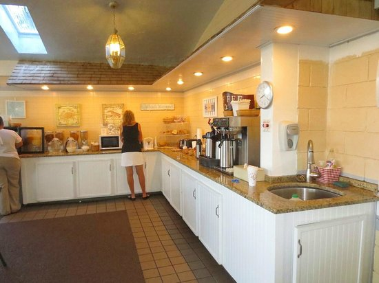 Hyannis Travel Inn: Breakfast area
