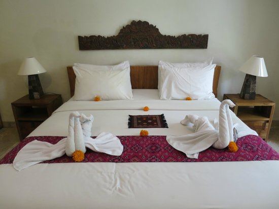 Sri Ratih Cottages: Great towel art!