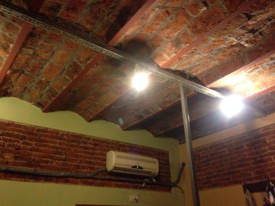 La Fresque: Foto do teto, a partir da cama.