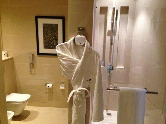 JW Marriott Marquis Hotel Dubai: Toilet (no door) and shower
