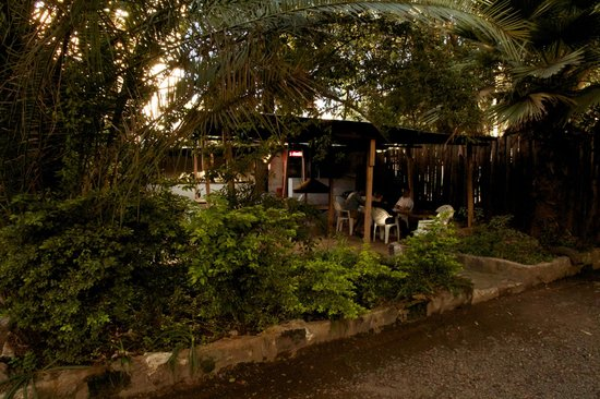 Manyatta Backpackers: Outdoor fire pit, kitchen and bar