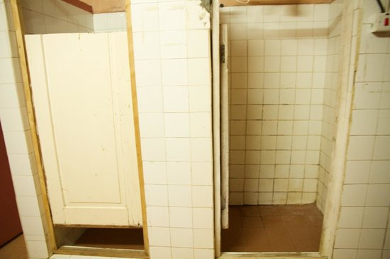 Manyatta Backpackers: Shared bathroom showers