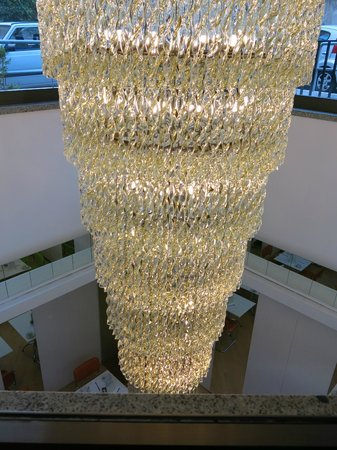 Hotel Albani Roma: Impressive light that hangs from Lobby entrance down to breakfast room.