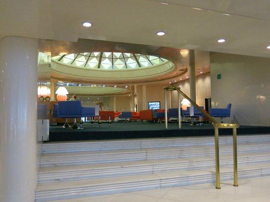 Hotel Albani Roma: Lobby looking to bar area