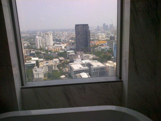 Bangkok Marriott Hotel Sukhumvit: VIew from the tub..