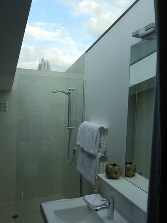 Queenstown Park Boutique Hotel : Bathroom highlighted with a moonroof