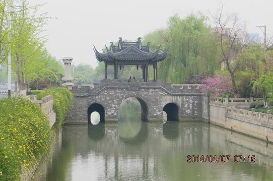 Dongpo Park: There is a river near the park