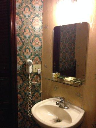 Hotel 17: 部屋内の洗面台