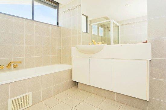 Oceanside Resort: 3 bedroom 4th floor main bathroom