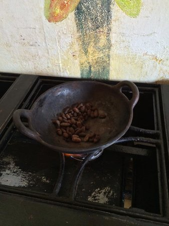 ChocoMuseo: Roasting beans over the fire