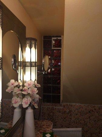 Hotel Villa Oriental: pas d'aération dans la salle de bain.