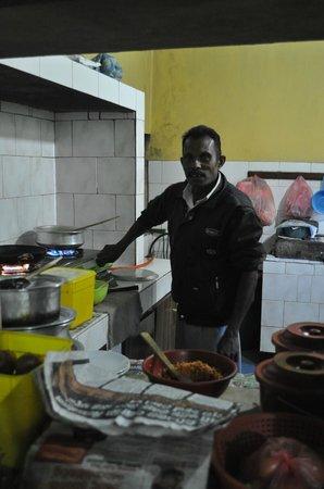 Sriya Paya Villa: Helpful cook at kitchen