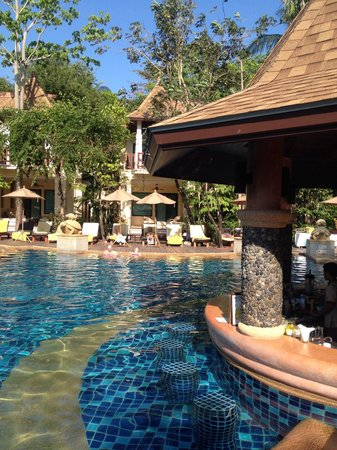 Crown Lanta Resort & Spa : Main swimming and pool bar