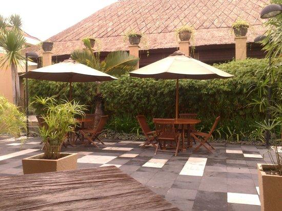 Mutiara Bali Boutique Resort & Villas : outdoor dining for breakfast