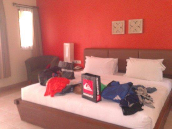 Mutiara Bali Boutique Resort & Villas : bedroom, after shopping