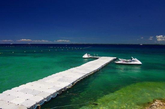 Crimson Resort and Spa, Mactan: море