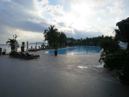 Diamond Bay Resort & Spa: Утро у басейна