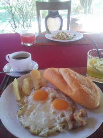 Coco Palm Beach Resort & Spa: Olika frukost fanns att välja emellan.
