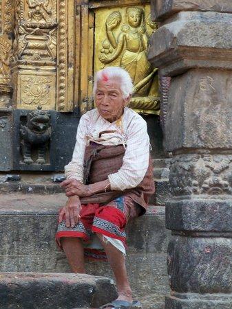Changu Narayan : Old woman on temple steps, Changu Naryan