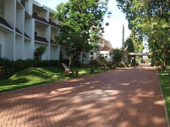 The Gateway Hotel Gir Forest: Gateway Hotel drivweway