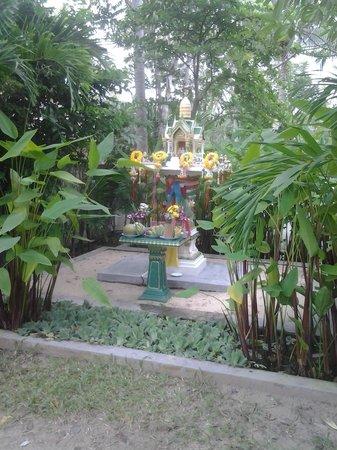 World Resort Bungalow : pretty lush gardens