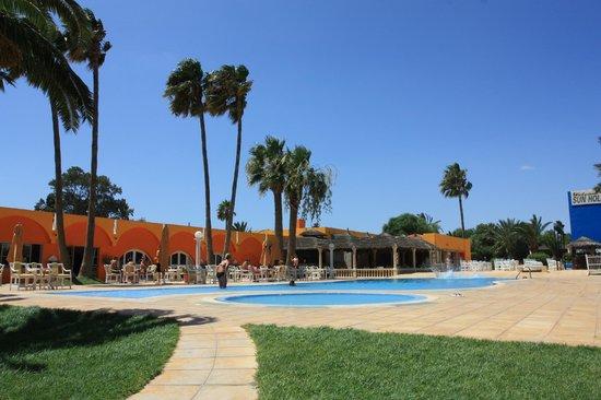 Sun Holiday Beach Club : Basen w hotelu