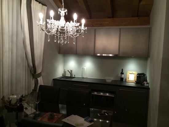 Hotelino Petit Chalet: Sala con angolo cottura