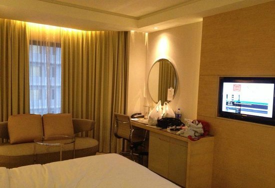 DoubleTree by Hilton Kuala Lumpur : Sofa + desk in the room