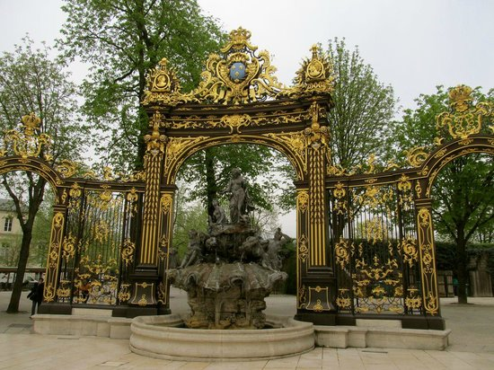Place Stanislas : Northwest gate with fountain