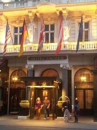 Hotel Sacher Wien: Вход в отель