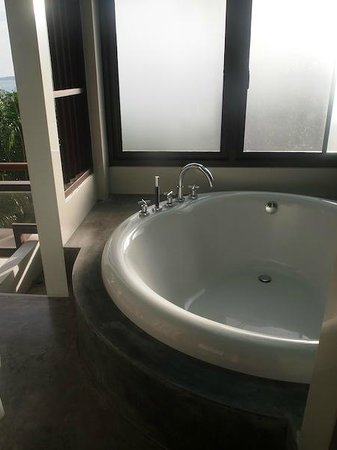 Cloud19 Beach Retreat: bath tub with windows that can't fully open and block by the ugly bar