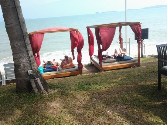 Samui Palm Beach Resort & Hotel : love the beds on the beach, relaxing and quiet beach near the outside bar