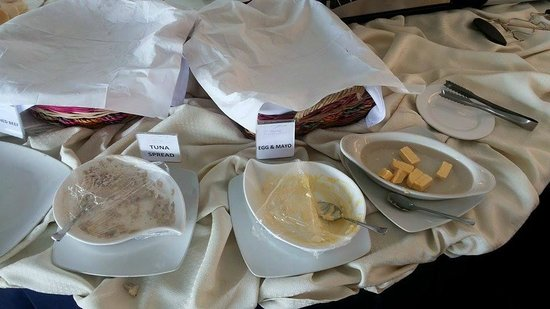 The Lake Hotel Tagaytay : empty bread filling station