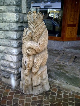 Hotel Alpina & Savoy : wooden carved bear sculpture in shopping area