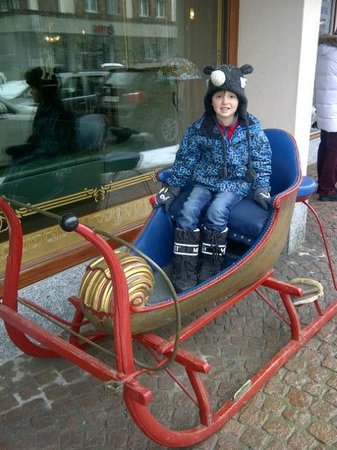 Hotel Alpina & Savoy : old sleigh in shopping area
