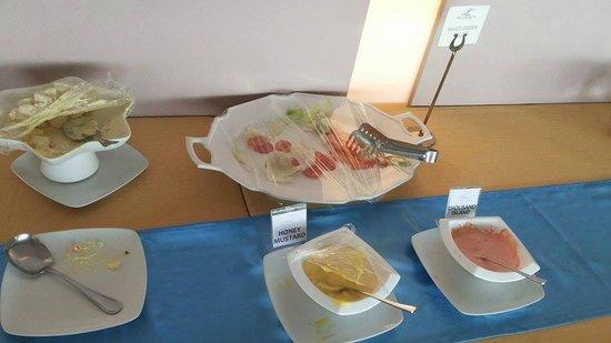 The Lake Hotel Tagaytay: salad station