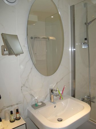 Hotel Longchamp Elysees : bathroom 2