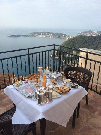 Chateau de la Chevre d'Or: Petit déjeuner sur la terrasse de notre chambre