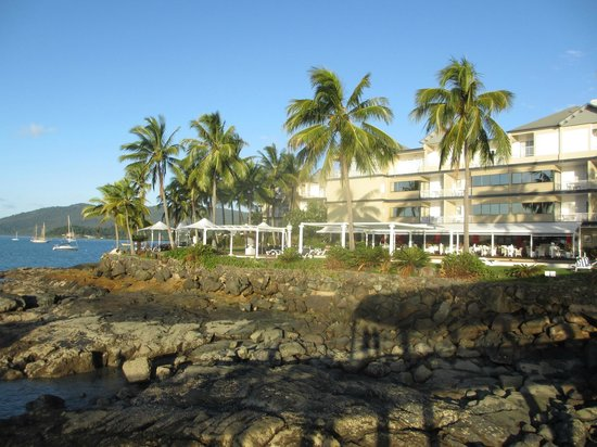 Coral Sea Resort: Ocean side of hotel from pier