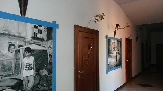 Casa del Monacone : Particolare del corridoio decorato con foto e fiori